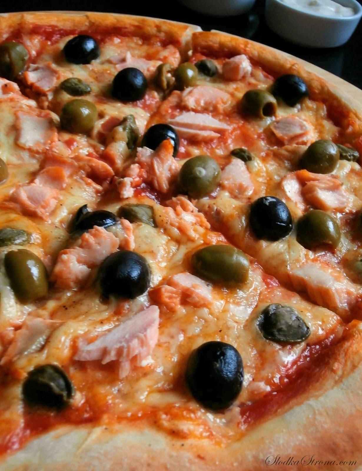 Domowa Pizza z Łososiem, Oliwkami i Kaparami - Przepis - Słodka Strona
