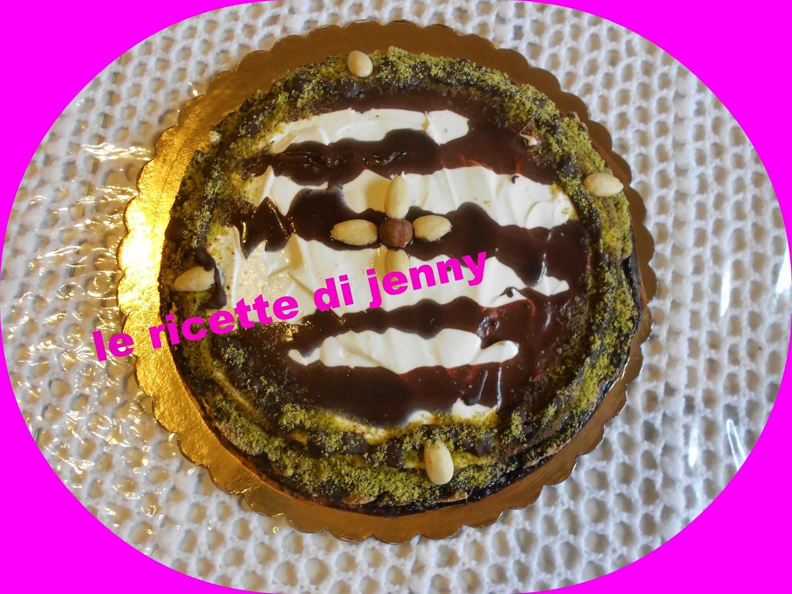 Cheesecake con crema mascarpone e nutella panna acida e glassa al cacao e  cioccolata.