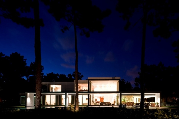 Modern lake house by Frederico Valsassina Architects at night