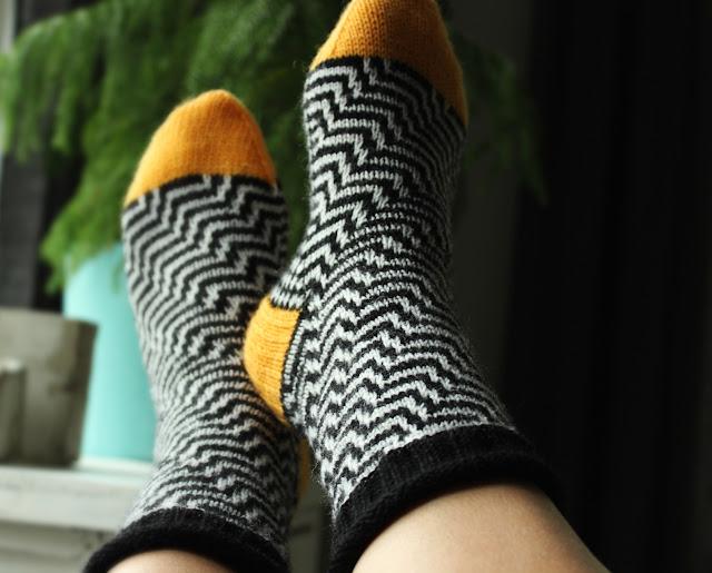 säpinää sukkiin kerrosrivinousu sukat