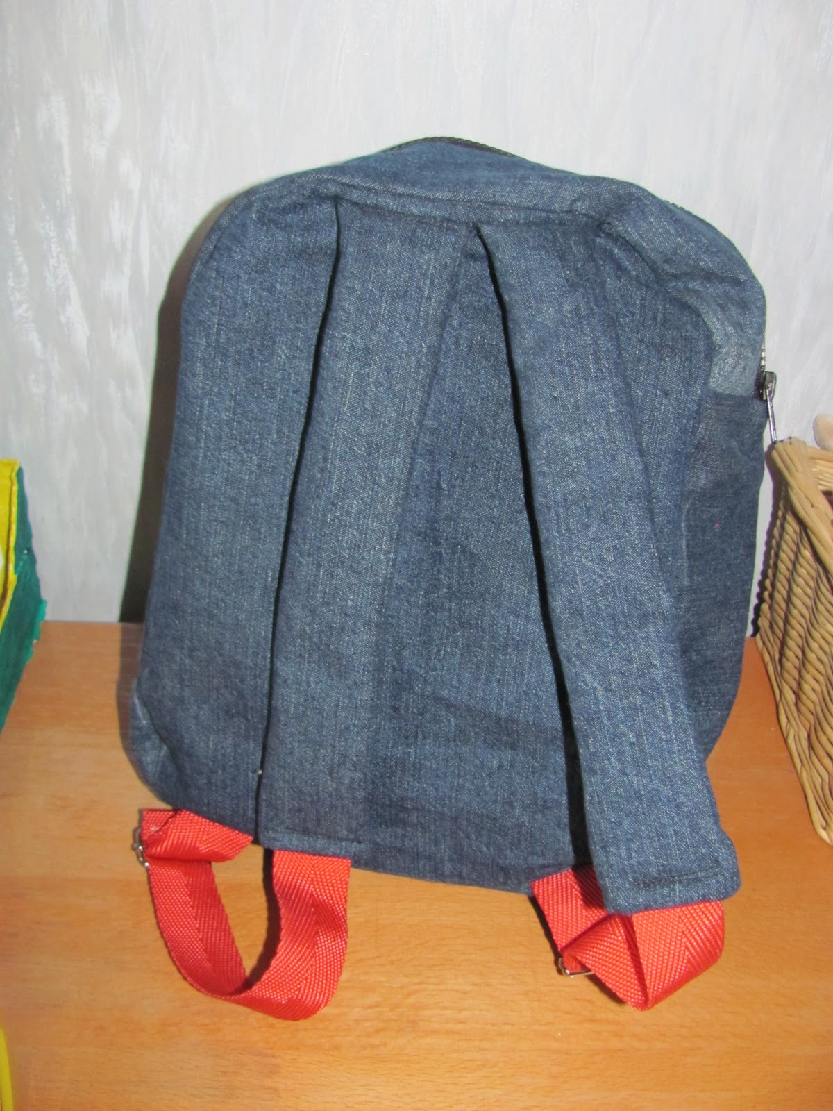 Шьем джинсовый рюкзак для дочки своими руками