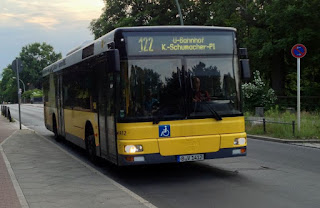 Bus: BVG-Bus brennt auf der Kantstraße, aus Berliner Morgenpost