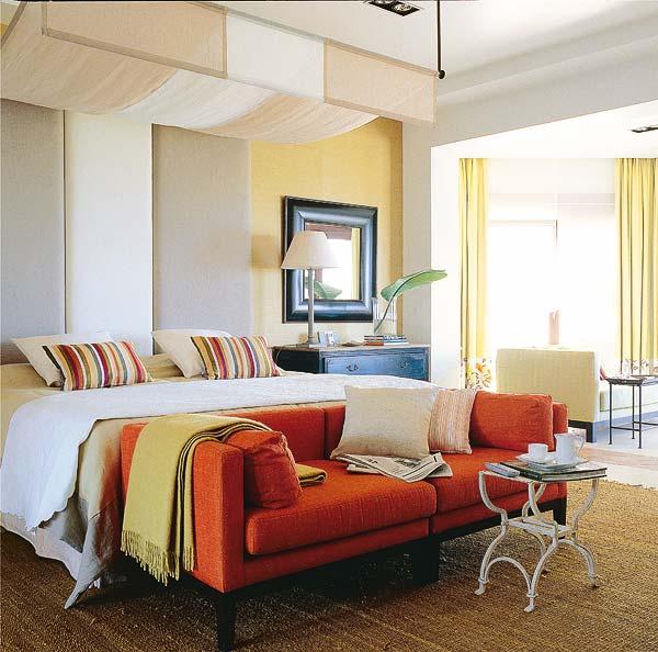 Un sof a los pies de la cama ideas para decorar dise ar y mejorar tu casa for Lo ultimo en sofas cama