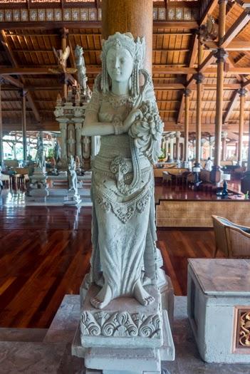 статуи девушек на Бали