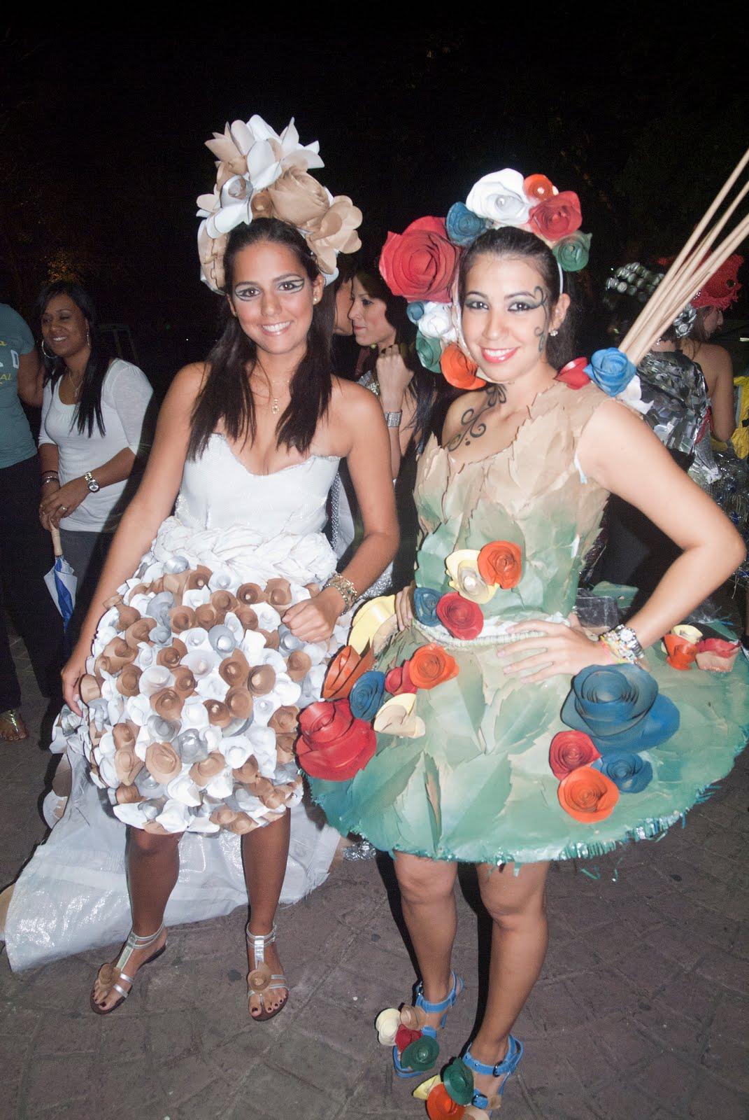 vestidos de materiales reciclables en la semana cultural en unibe
