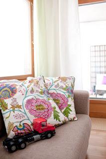 kukkakuvioinen koristetyyny sohvalla