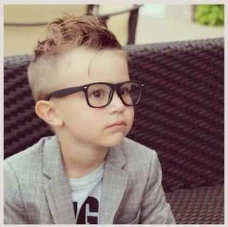 Anak laki-laki ganteng dengan gaya busana modis