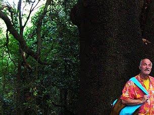 Paolo D'Arpini  sotto un albero