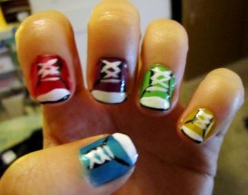 Uñas de colores con diseño de zapatos con pasadores