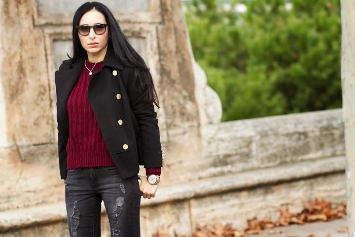 Jersey de mohair color granate y chaqueta negra