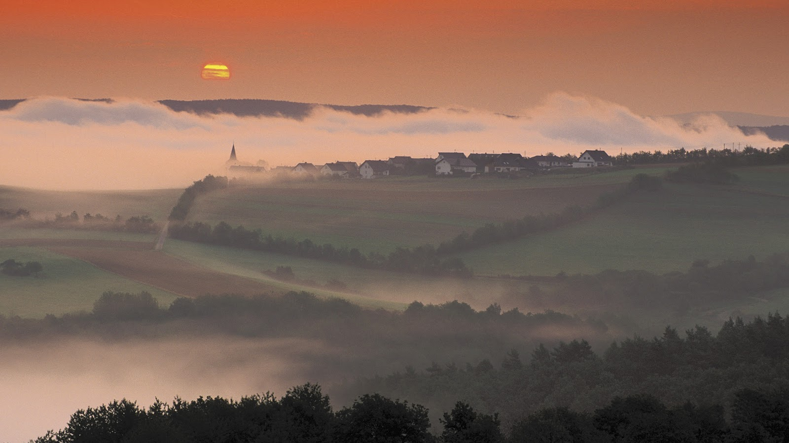 http://3.bp.blogspot.com/-hMD6_frhVE0/UA1c2Fb_HoI/AAAAAAAAAdA/DCbs4qfH2QA/s1600/Foggy+Village+at+Sunrise.jpg