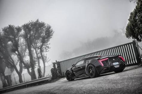 The Pose sexy supercar Lykan Hypersport