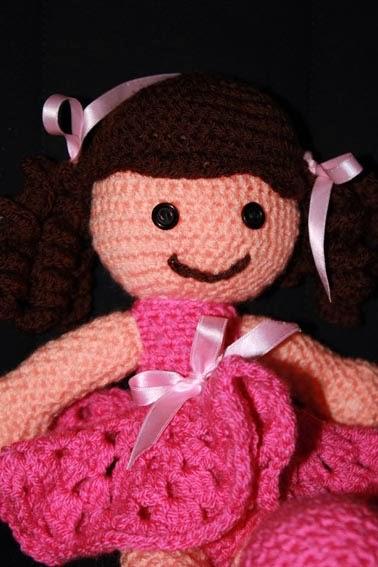 Muñeca de crochet con vestido rosa