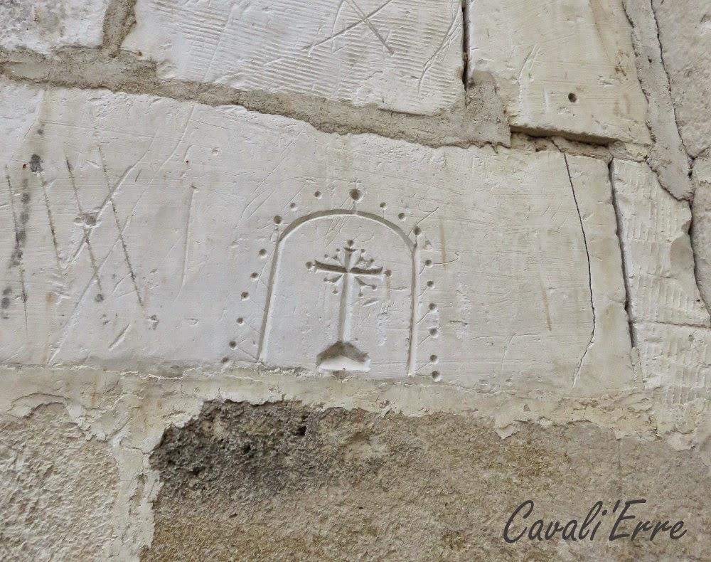 Croix gravées dans un mur de craie