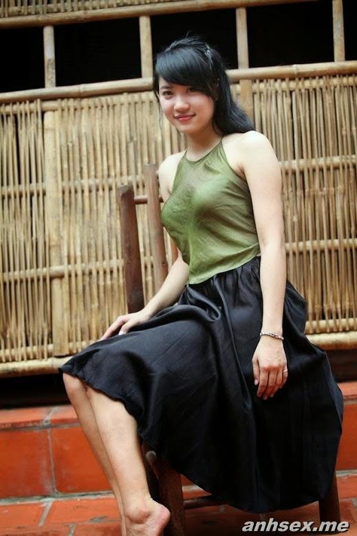 Girl xinh với áo yếm xưa bên hồ sen Phấn 1 2