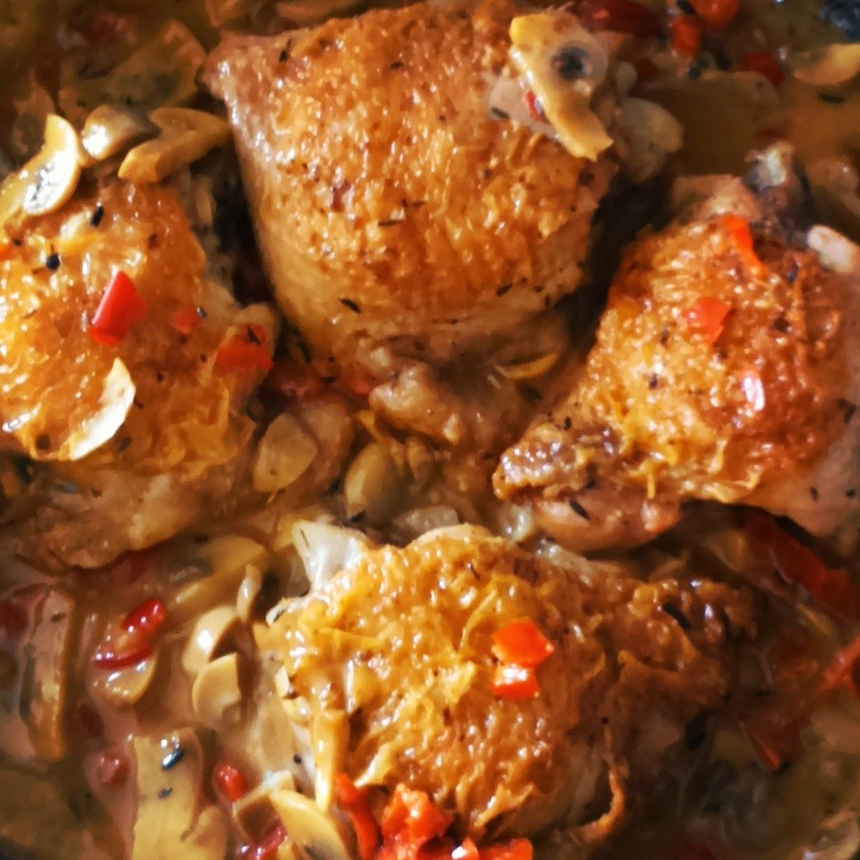 Receta de contramuslos con champiñones, pimento rojo rapida de hacer y barata