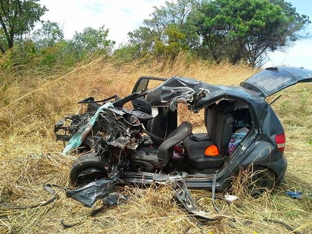 Carro ficou destruído após bater em carreta (Foto: Blog Sigi Vilares)