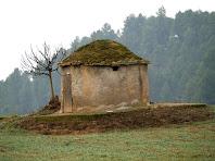 Una altra perspectiva de la barraca de vinya dels camps de Sant Benet