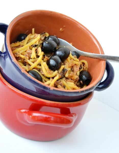 tagliolini all'uovo con filetti di tonno rosa, marsala e olive nere denocciolate
