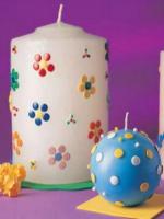 http://manualidadesparaninos.biz/decora-velas-con-chinchetas/