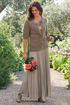 How to dress for an outdoor wedding in fall?