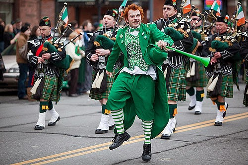 Frases De st-st patrick-saint patrick: Happy St Patick's Day Leprechaun And Bagpipers Band