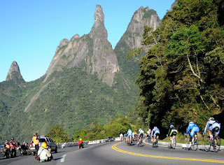 Depois da passagem por Teresópolis, ciclistas desceram a serra rumo ao Rio de Janeiro