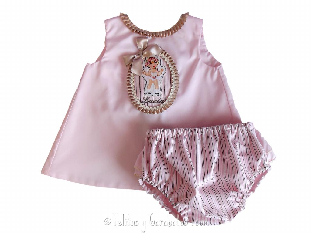 Conjunto de vestido-mandil y braguita cubrepañal para bebé niña. Tiene la opción de personalizarlo con el nombre bordado.