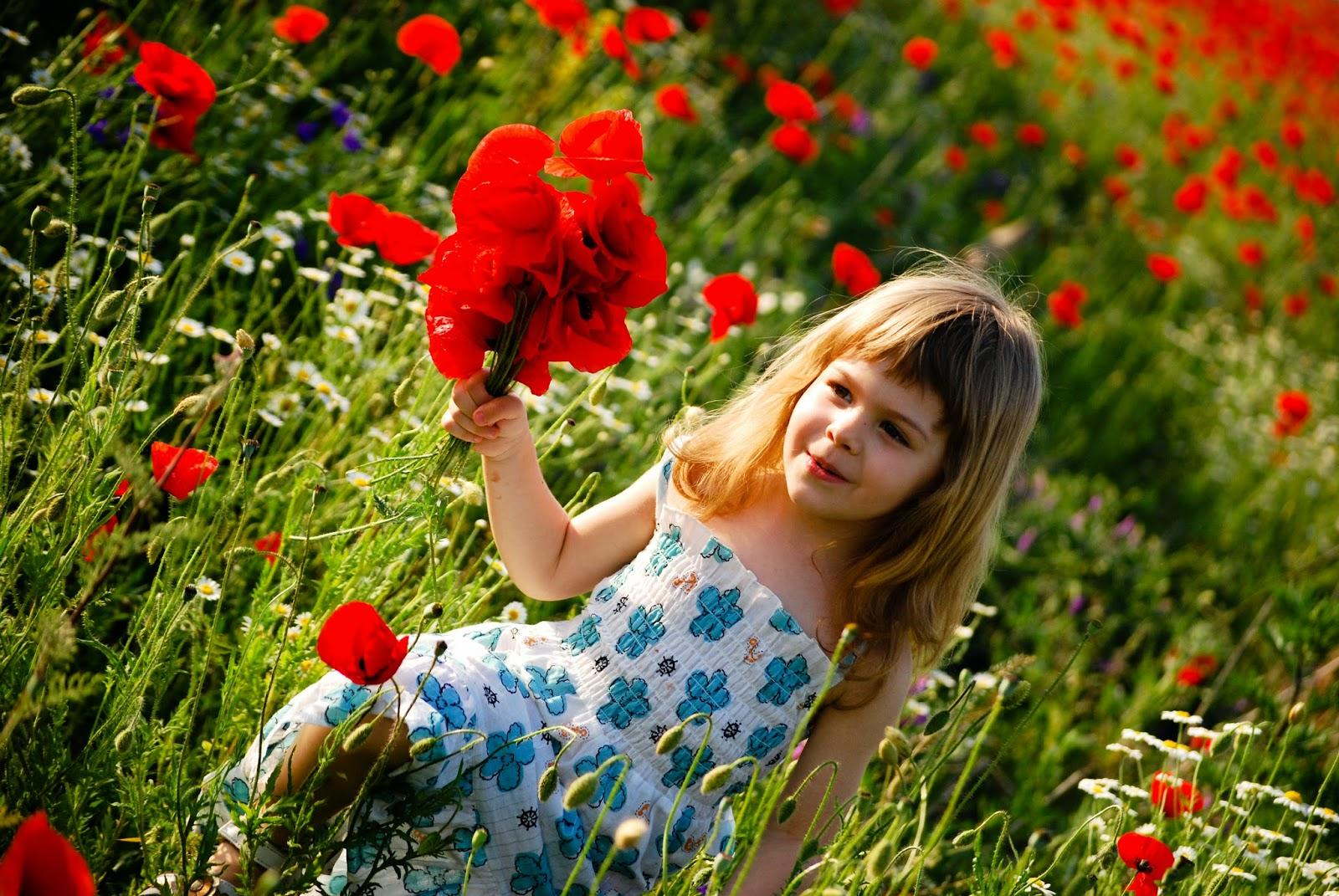 Gratis gambar anak perempuan cantik dengan bunga warna merah