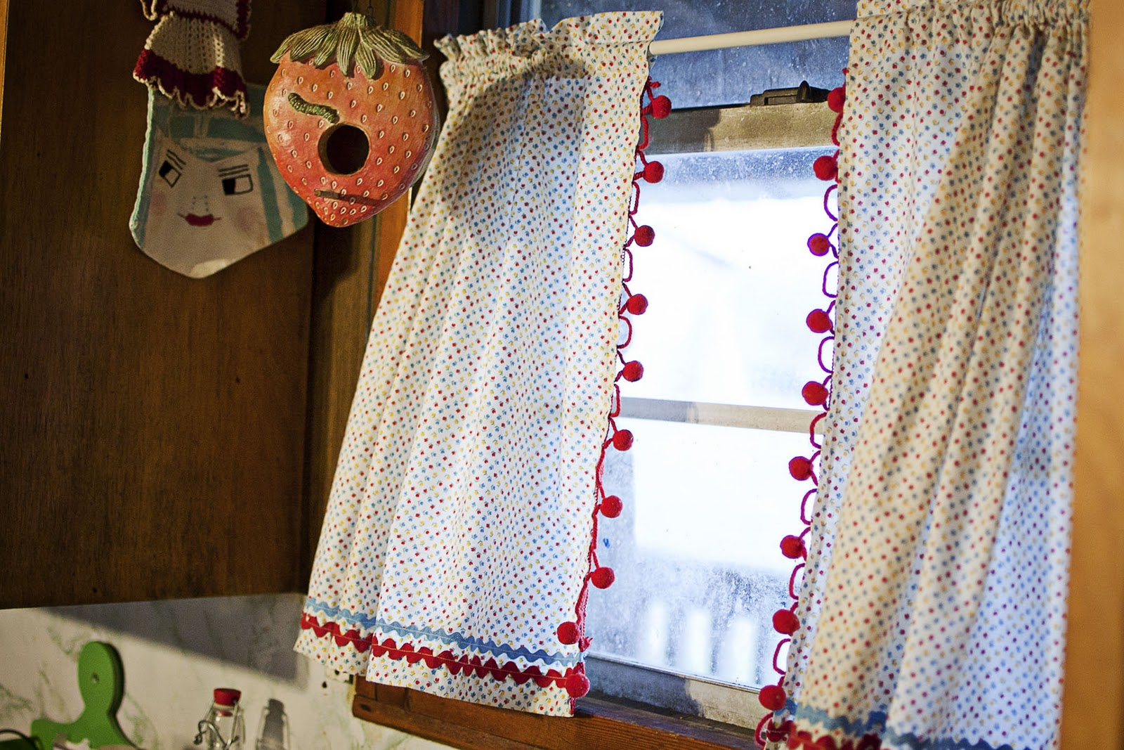 Vintage kitchen curtains - I Had Quiet Time This Afternoon So I Whipped Up A Pair Of Vintage Inspired Cafe Curtains