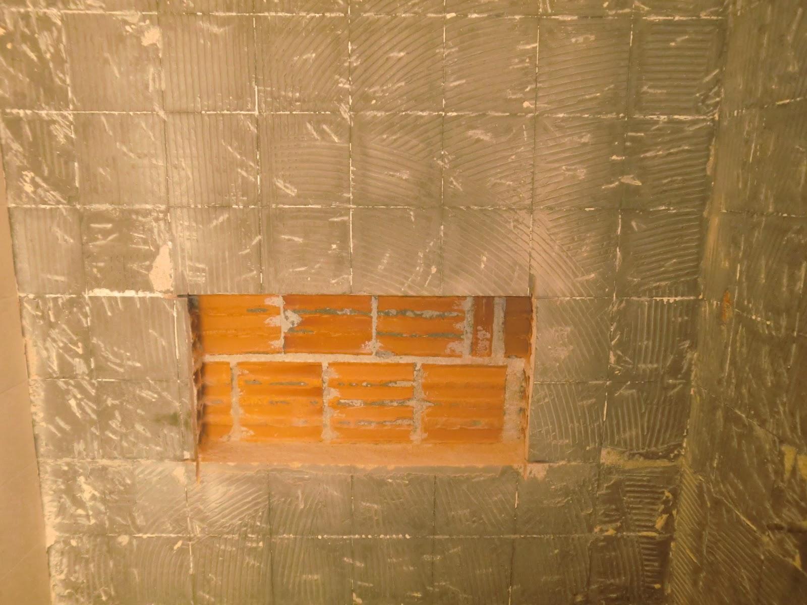 de como fazer um nicho de pastilhas de vidro dentro bo box do banheiro  #C68005 1600x1200 Banheiro Com Uma Parede De Pastilha