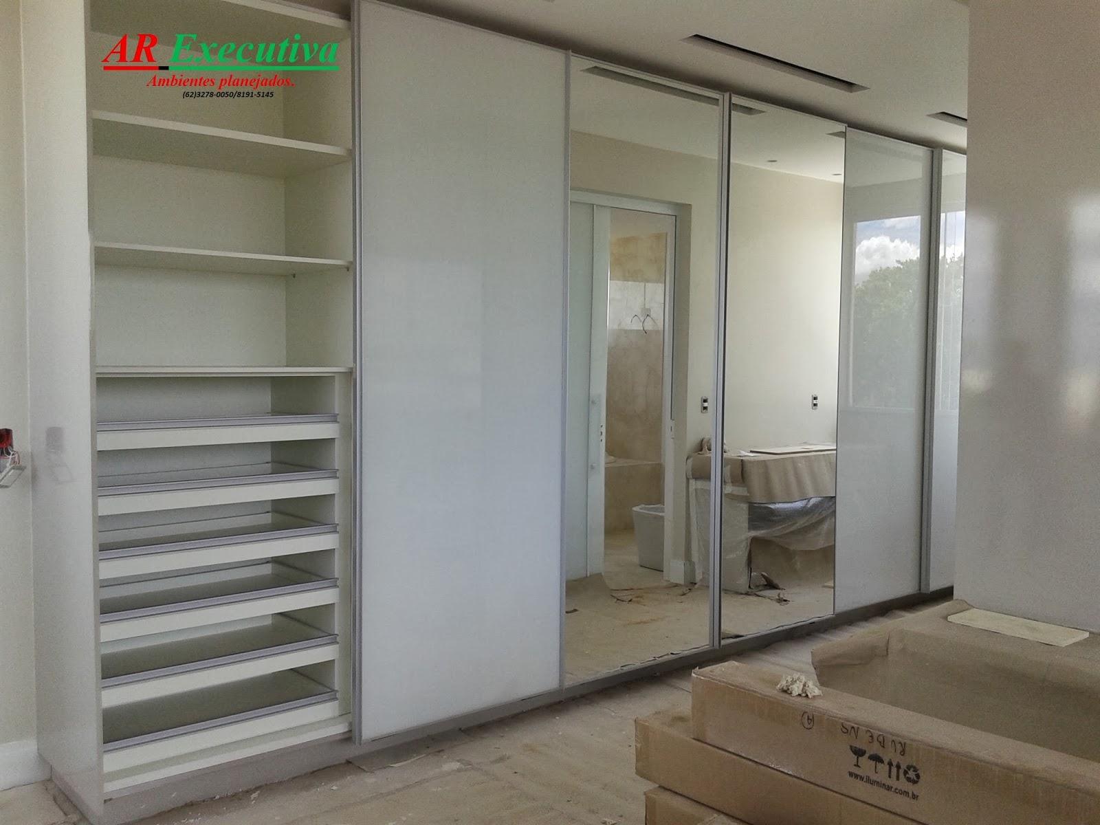 #3A7D4A Armário em mdf branco com seis portas de correr sendo duas em espelho  1600x1200 px Armario De Cozinha Compacto Mdf #2009 imagens