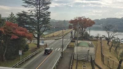 多摩湖の真ん中にある橋を埼玉県所沢市側から東京都側を見る|くまさんとチャリ