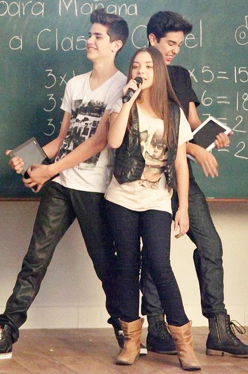 Angie Vazquez con jeans apretados cantando | Ximinia