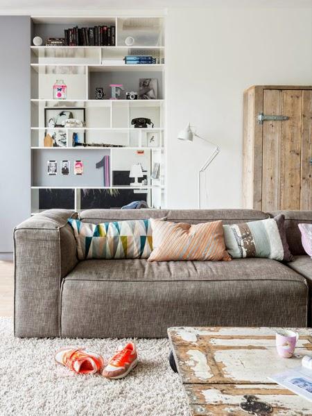Poduszki dekoracyjne na szarej sofie w salonie jasnym