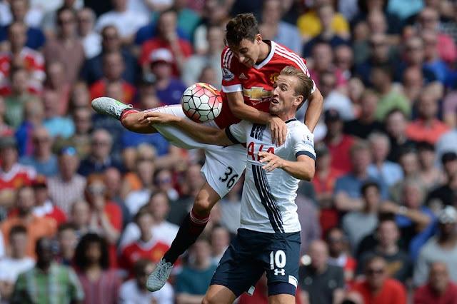Após perder para o United na estreia, o Tottenham de Harry Kane (foto) recebe o Stoke neste sábado (Foto: Oli Scarff/AFP)
