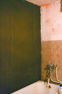 выровненные цементной смесь стены в ванной комнате
