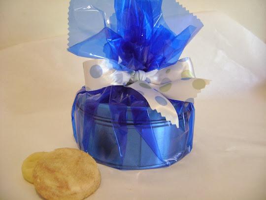 lata redonda com biscoitos