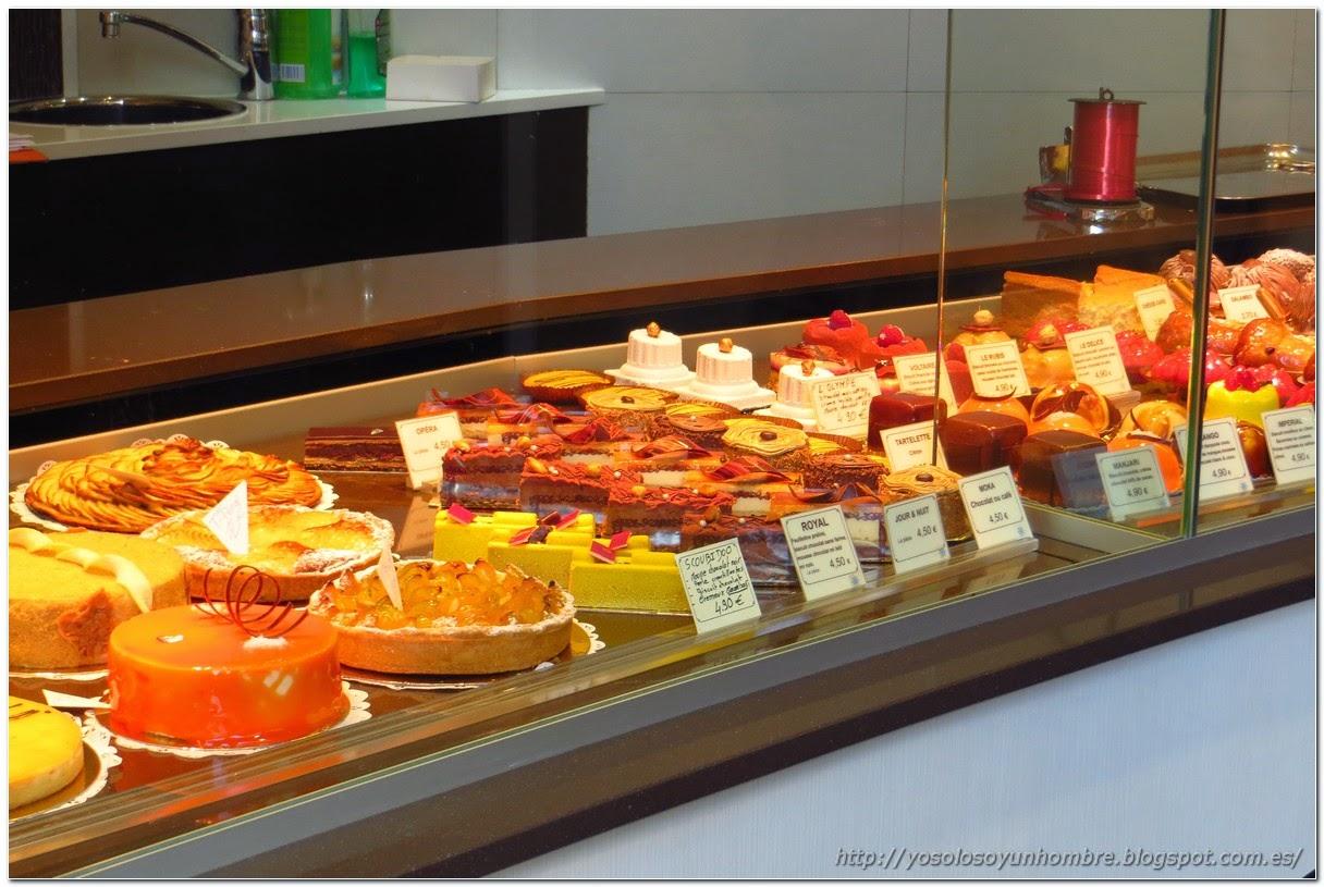 pasteles de una pastelería de una calle de Paris