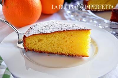Torta all'arancia: fare intiepidire la torta e spolverizzare con zucchero a velo