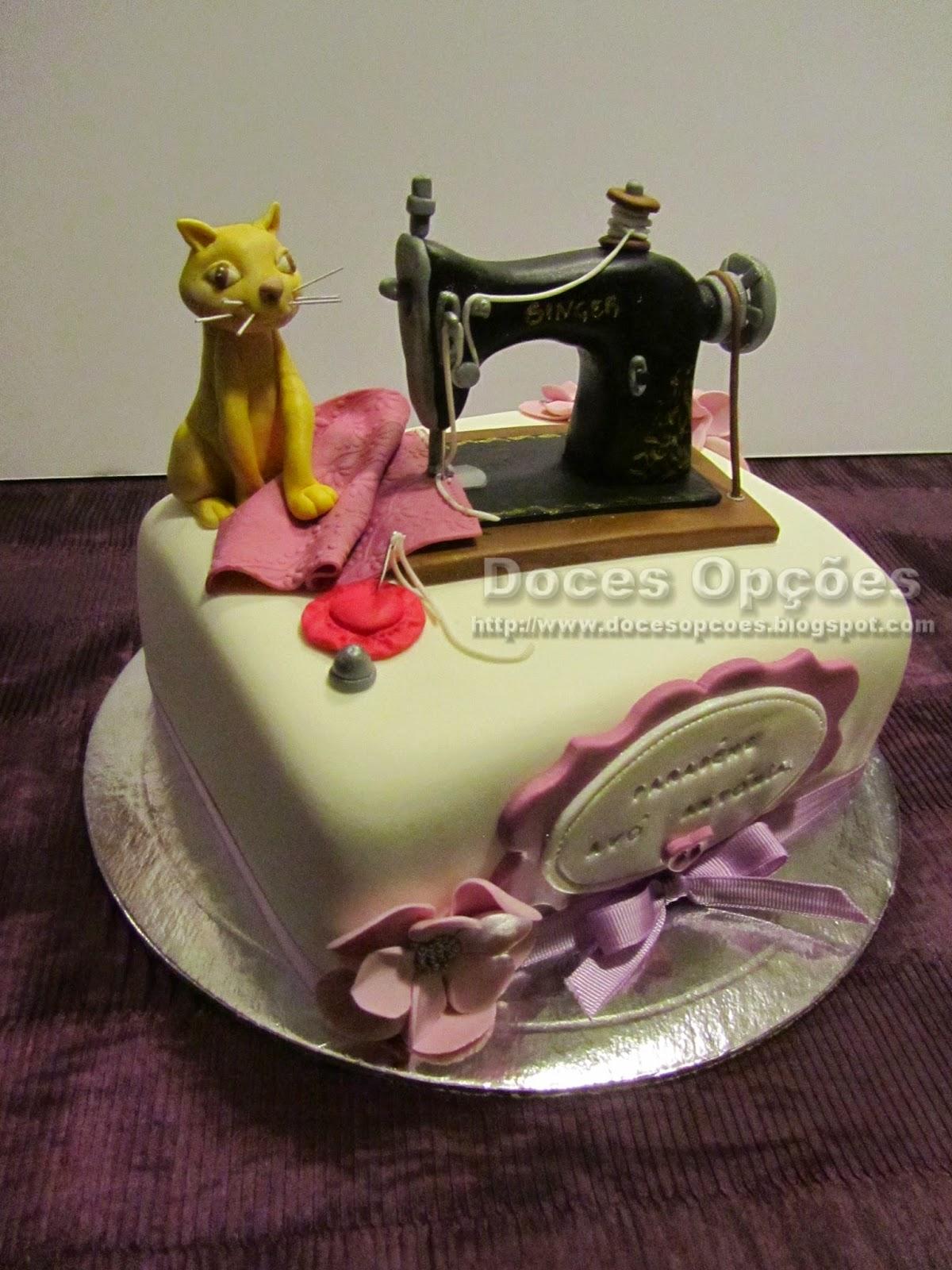 bolo com gato e maquina costura pasta açucar