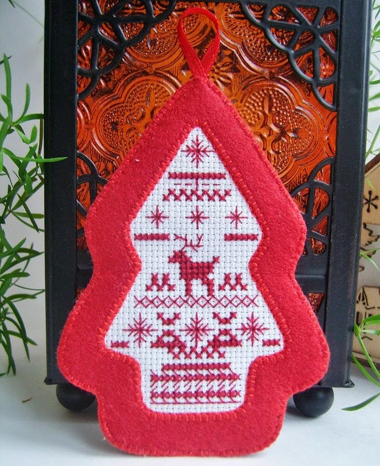 Елочка-подвеска из фетра с вышивкой