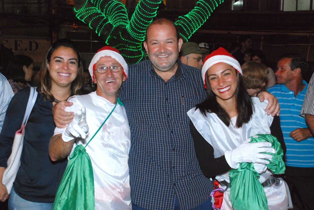 Vice-prefeito Márcio Catão ao lado da esposa Cristiane e dos dois ajudantes de Papai Noel, Zico e Richele