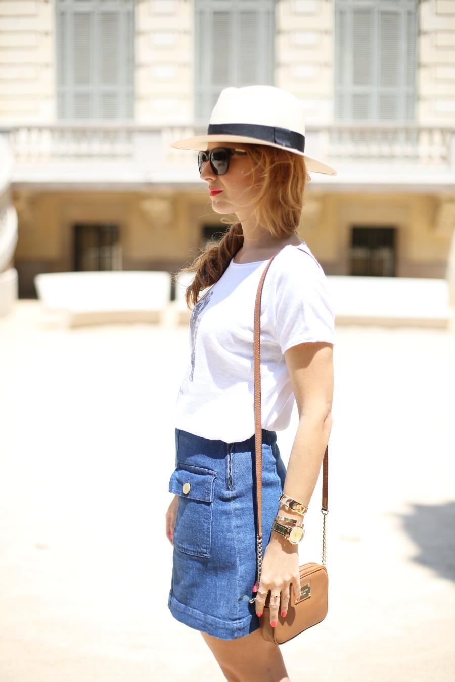 Look falda vaquera y camiseta blanca