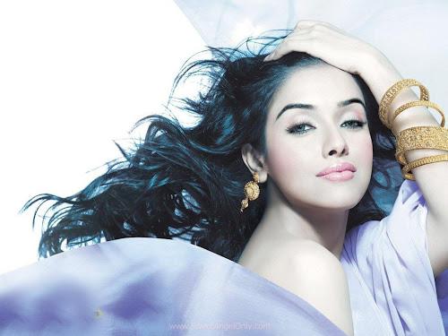Asin Bollywood Famous Actress Wallpaper