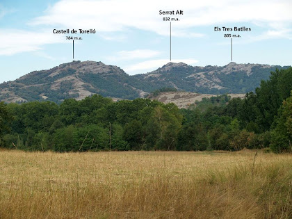 El Castell de Torelló, el Serrat Alt i els Tres Batlles des de la riba esquerra del Pont de Targarona