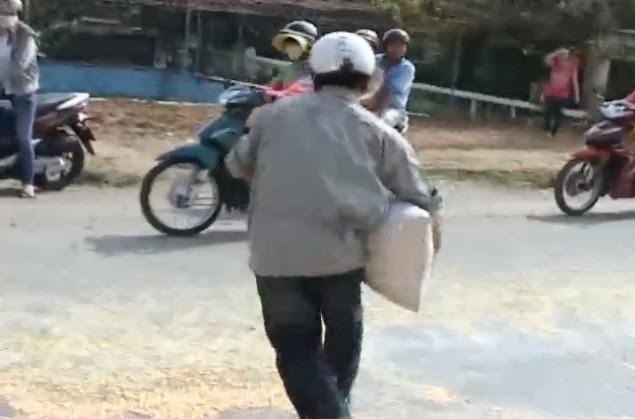 Xe chở ngô đổ ra đường, người dân lao vào hôi của