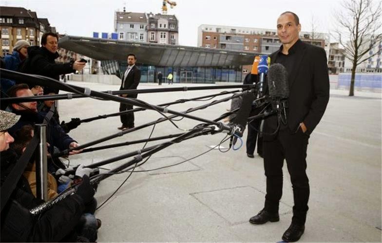 O υπουργός Οικονομικών Γιάνης Βαρουφάκης μιλά στους δημοσιογράφους έξω από την ΕΚΤ, στη Φρανκφούρτη, για τη συνάντηση του με τον Μάριο Ντράγκι. Πηγή: REUTERS