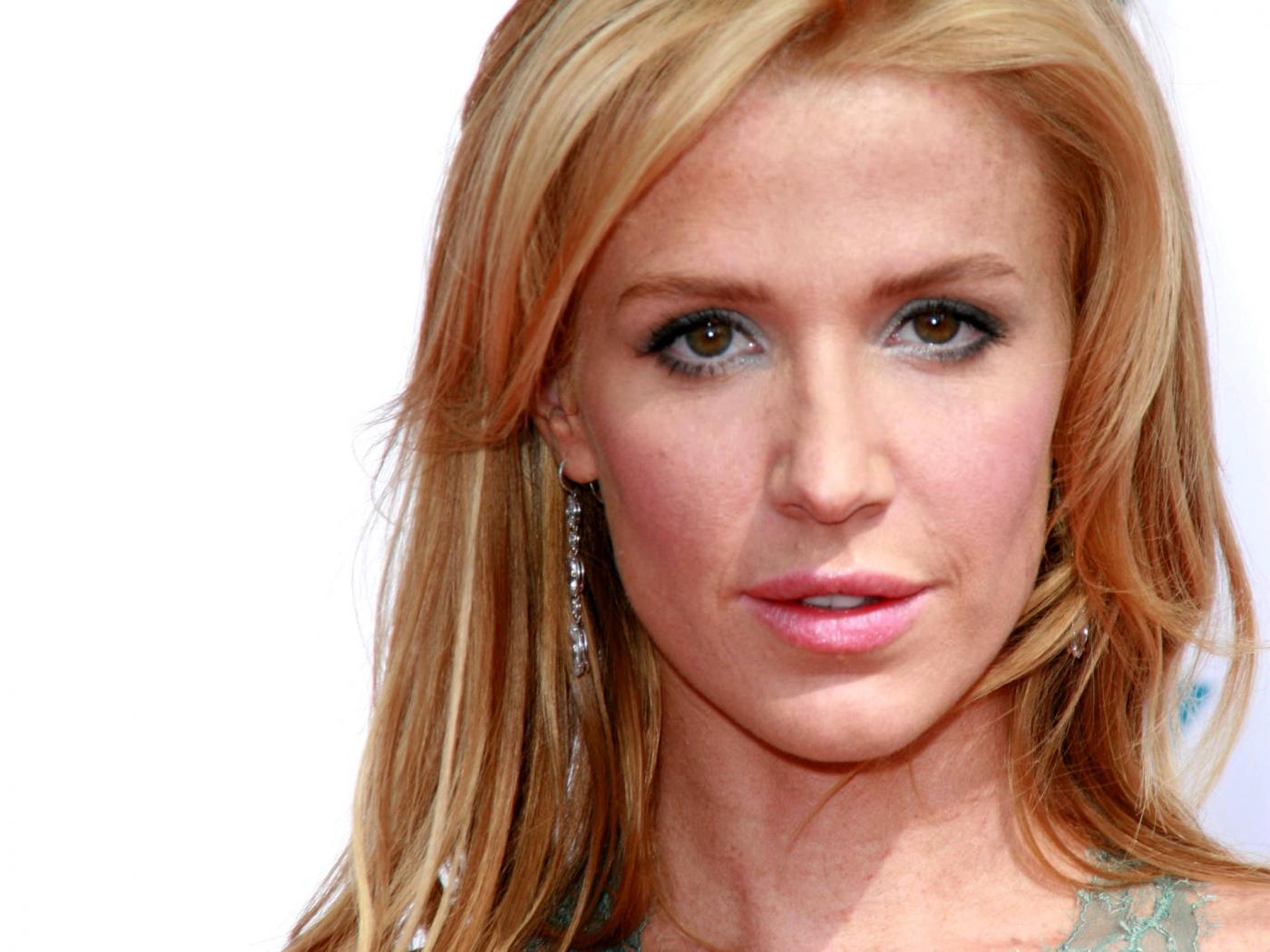 http://3.bp.blogspot.com/-hV7sURcMDu4/TdTOS-JhQwI/AAAAAAAAQEo/xq__HFfN-e8/s1600/australian-actress-poppy-montgomery-wallpaper.jpg