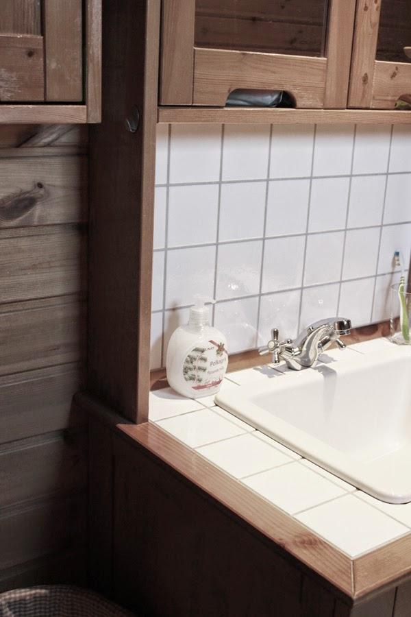 före renovering, bild på hur det såg ut före renovering i badrum, badrum, måla panel vit